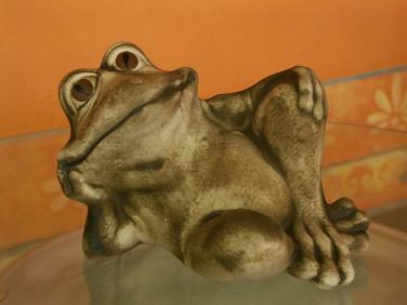 Keramická žába Pohoda ležící