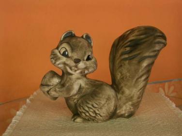 Kekarmická Veverka s ořechem