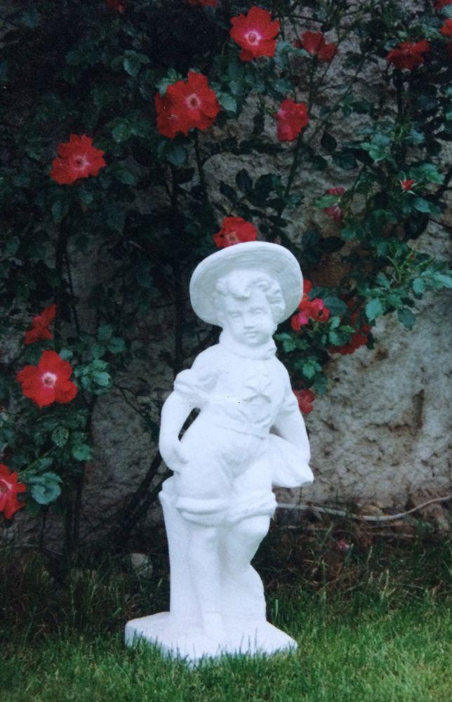 Chlapec s klouboukem - soška z mramorové drti