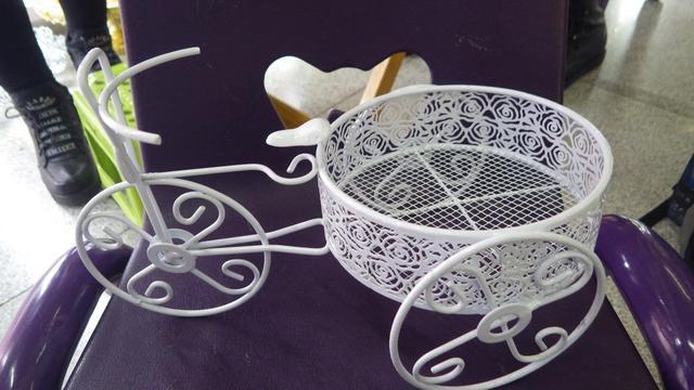 Kovová tříkolka na květináč